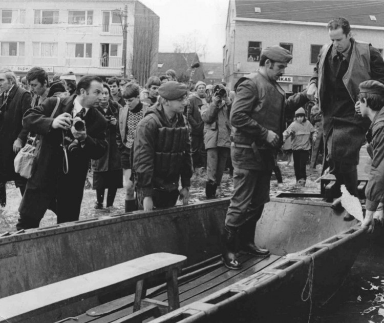 King Boudewijn visited the disaster area in Ruisbroek in 1976.